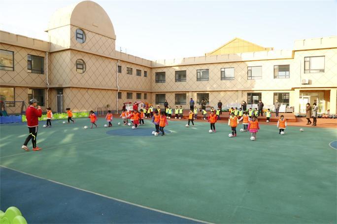 幼儿园组织家长观摩足球活动